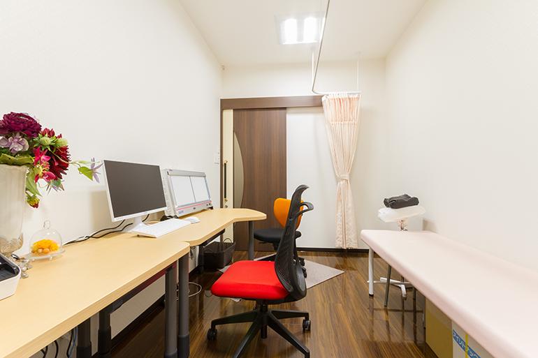 プライベートに配慮した個室の診察室