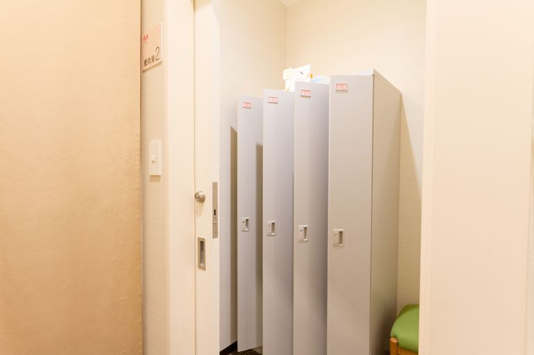 検査を受けられる患者さまは施錠タイプの個人用ロッカーを設置した更衣室をご用意しています。
