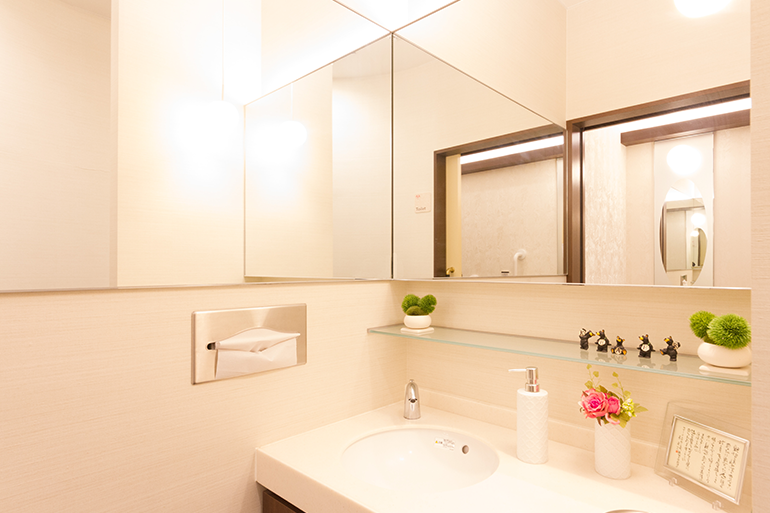 大きい鏡が特徴の化粧室
